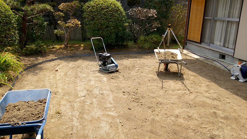 防草シート施工作業中